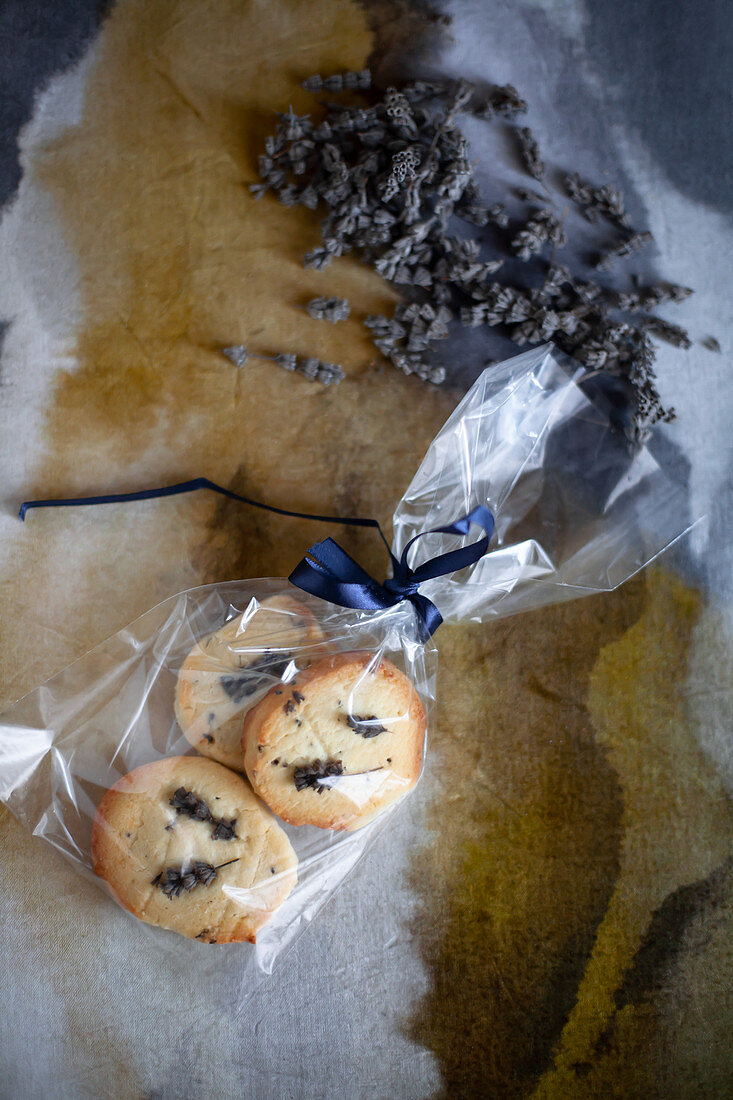 Sablés with lavender flowers for gifting