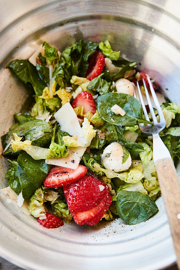 Barbecue salad with spinach, strawberries and mozzarella
