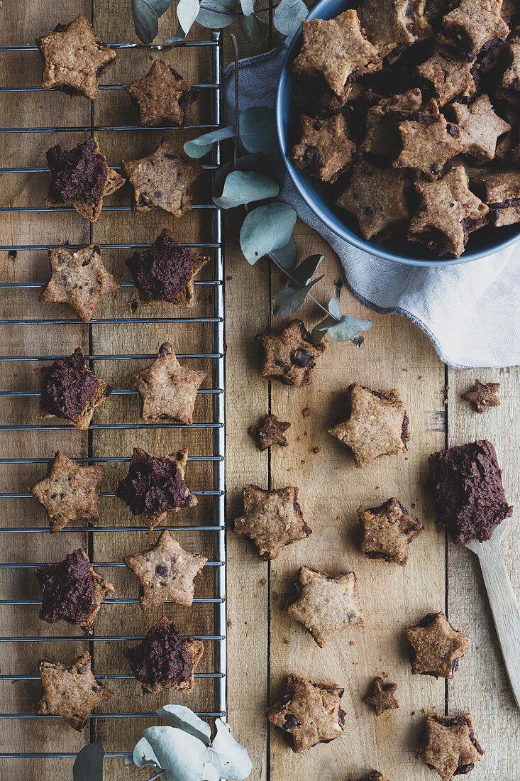 Sternförmige Schokoladenplätzchen für eine Teeparty