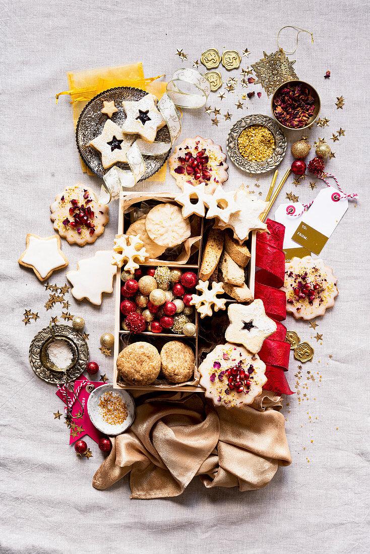 Verschiedene Weihnachtsplätzchen in Geschenkbox
