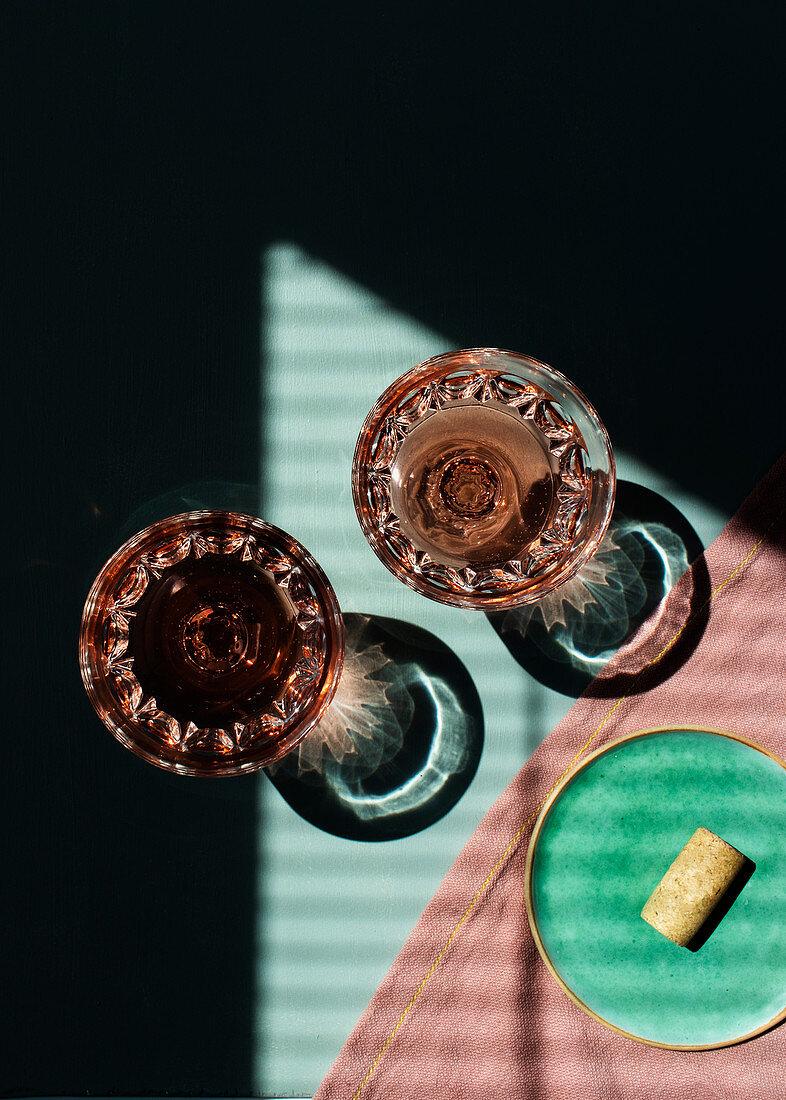 Zwei Gläser Roséwein auf Tisch