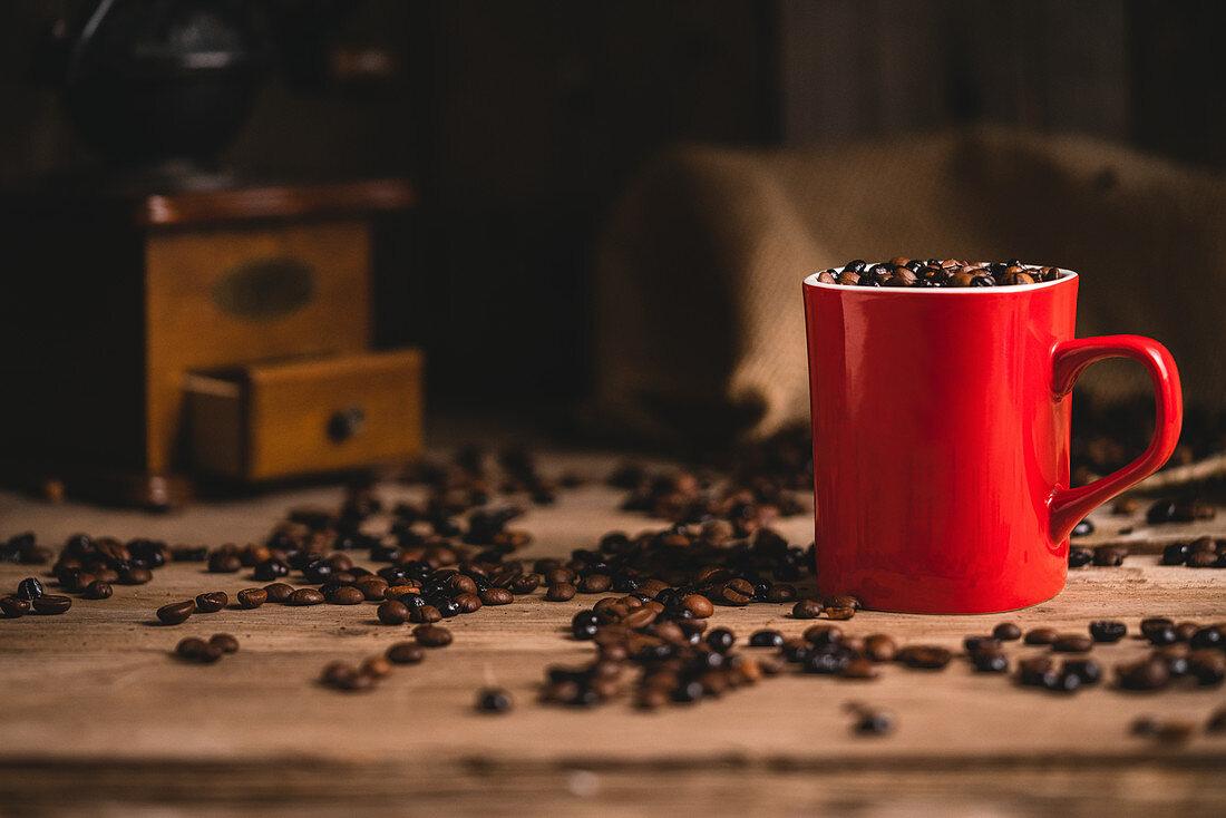 Roter Becher mit Kaffeebohnen