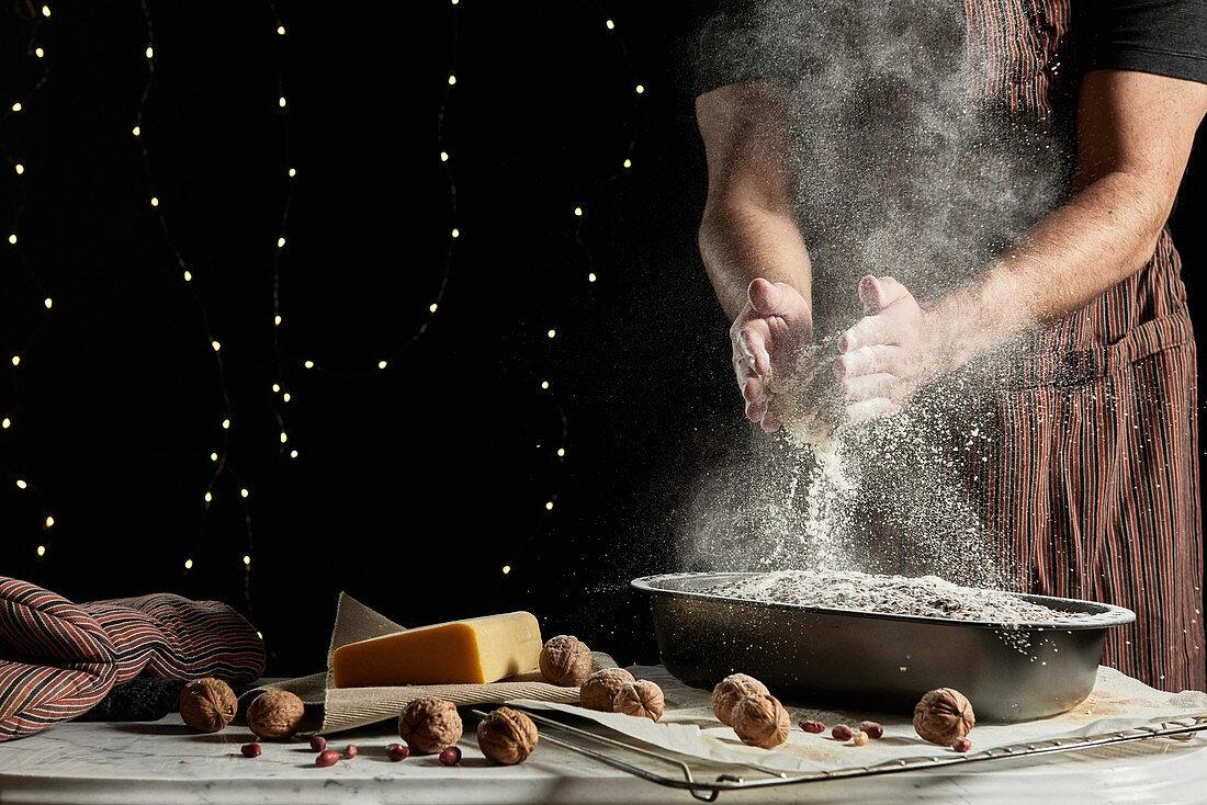 Brot in Backform mit Mehl bestäuben