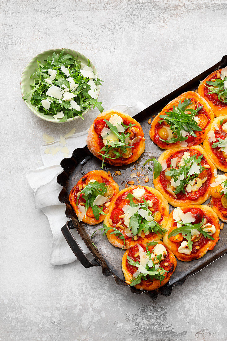 Pizza 'piccola' with tomatoes and arugula