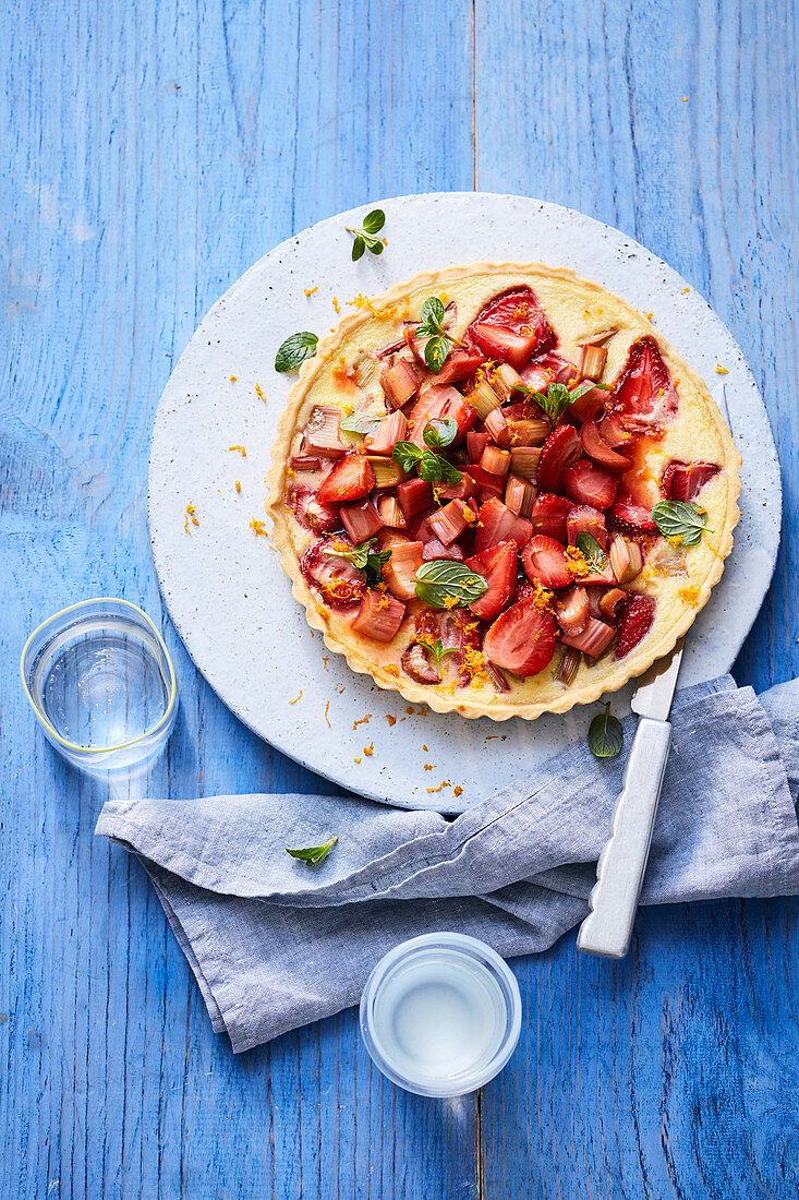 Puddingcreme-Tarte mit Erdbeeren und Rhabarber