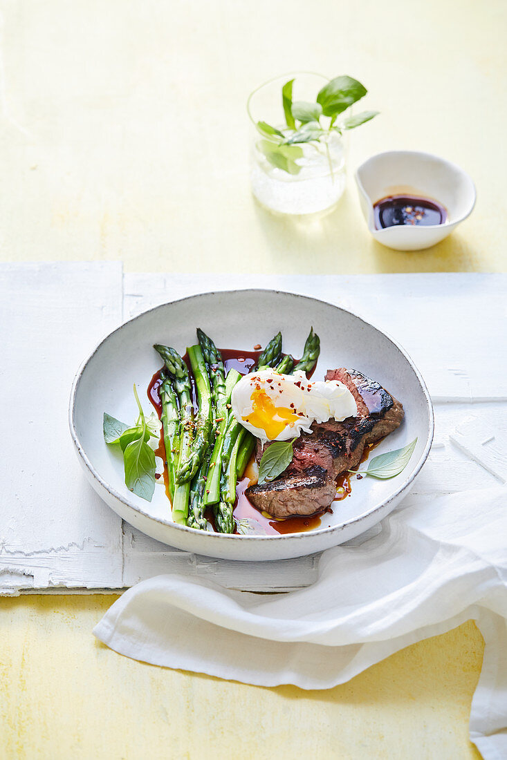 Rump steak and green asparagus with teriyaki sauce