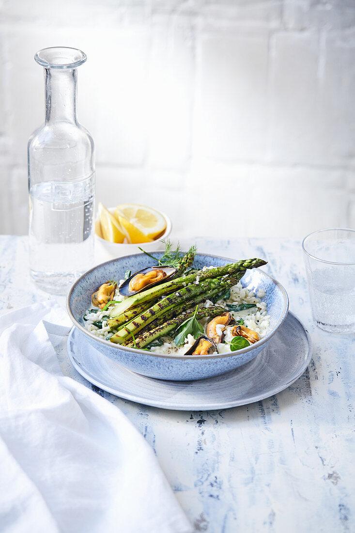 Reis-Bowl mit gegrillten Muscheln und grünem Spargel