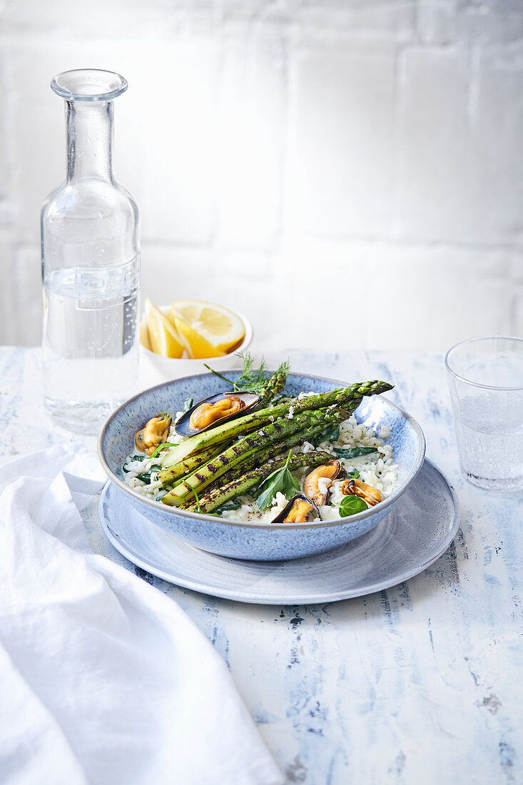 Rice bowl with grilled mussels and green asparagus