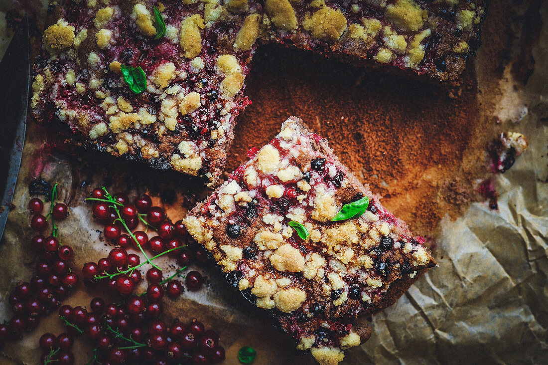 Currant crumble tray cake