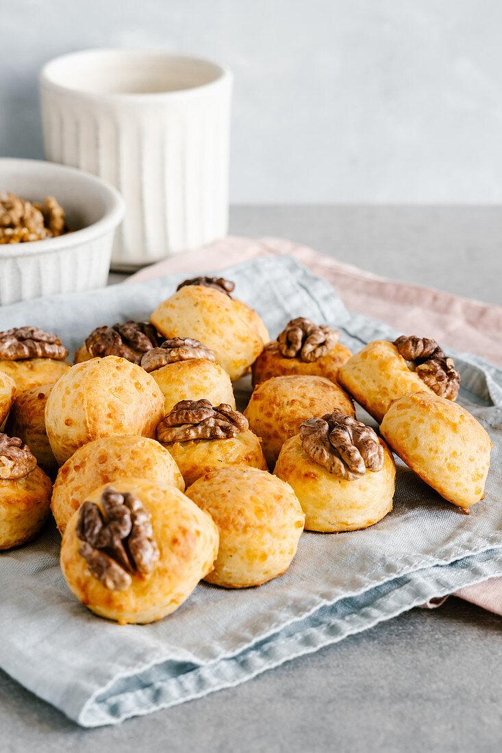 Savoury cheese mini buns with walnuts