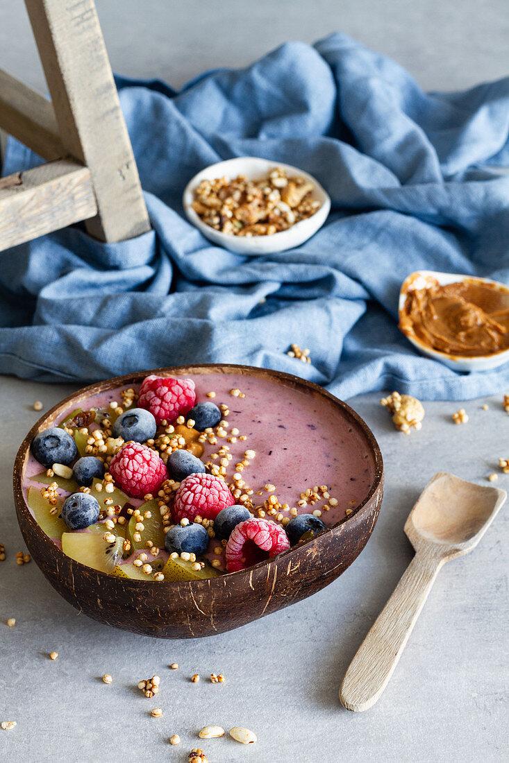 Breakfast Bowl mit Beeren und Joghurt
