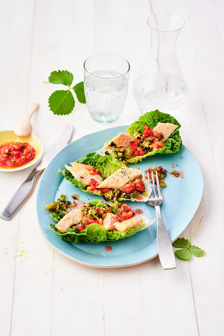 Lettuce leaves filled with leek, smoked fish and strawberries