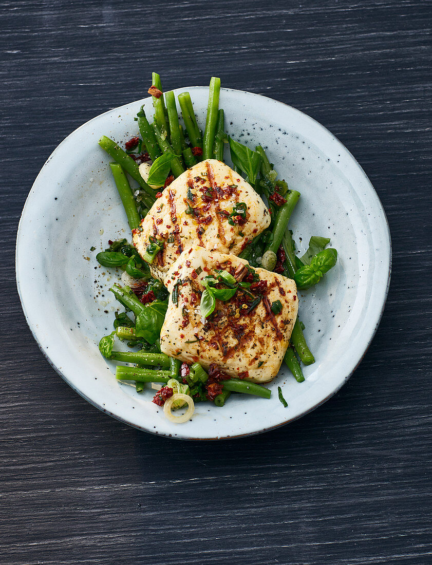 Grilled halloumi on green beans
