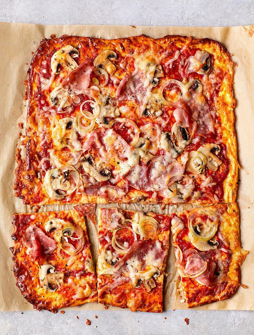 Low-Carb-Pizza mit Champignons und Schinken