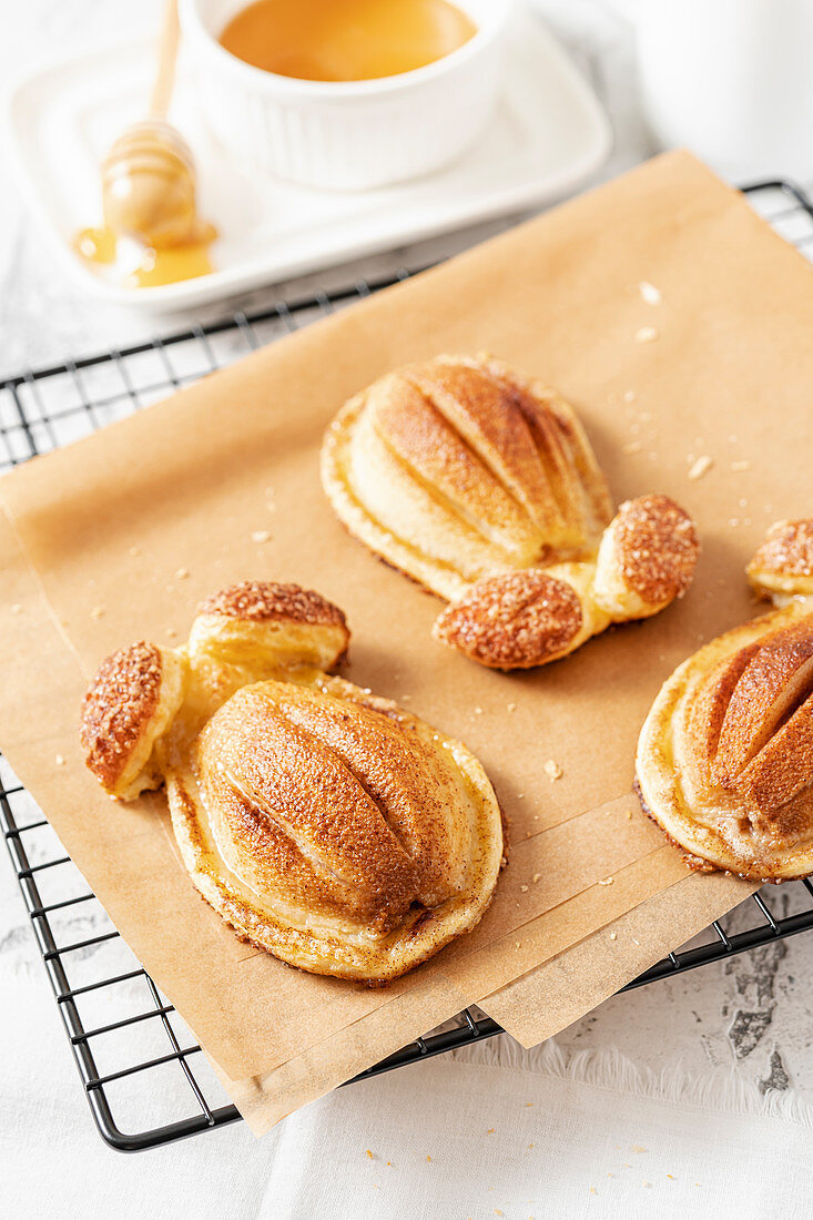 Pears with cinnamon in puff pastry