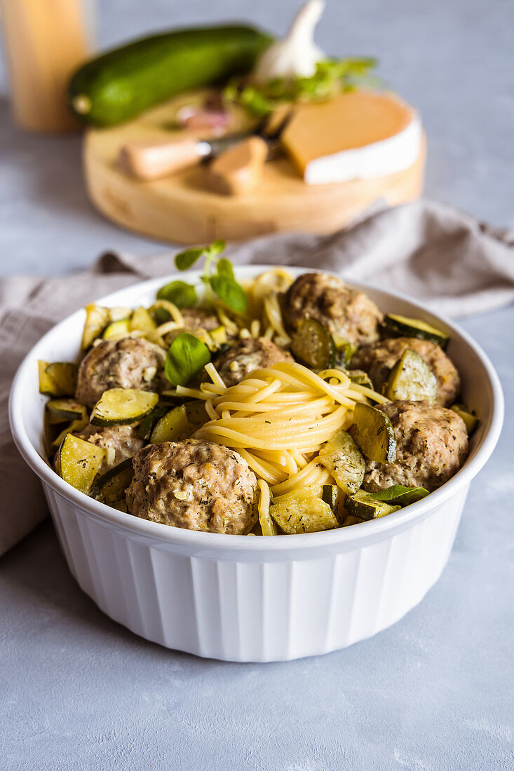 Steamed meatballs with zucchini and garlic pasta