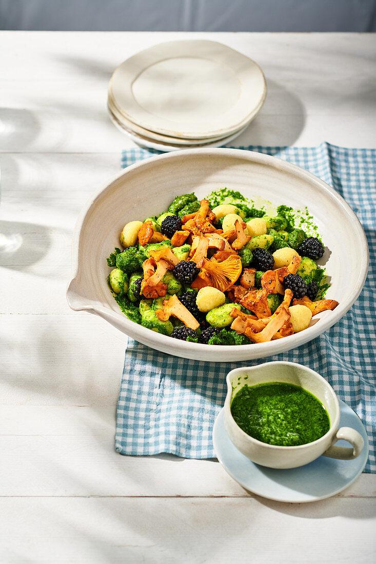 Gnocchi salad with blackberries, chanterelles and parsley pesto