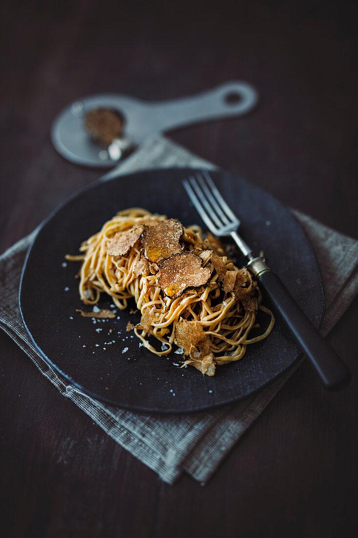 Liniguine with porcini mushroom powder and black winter truffle