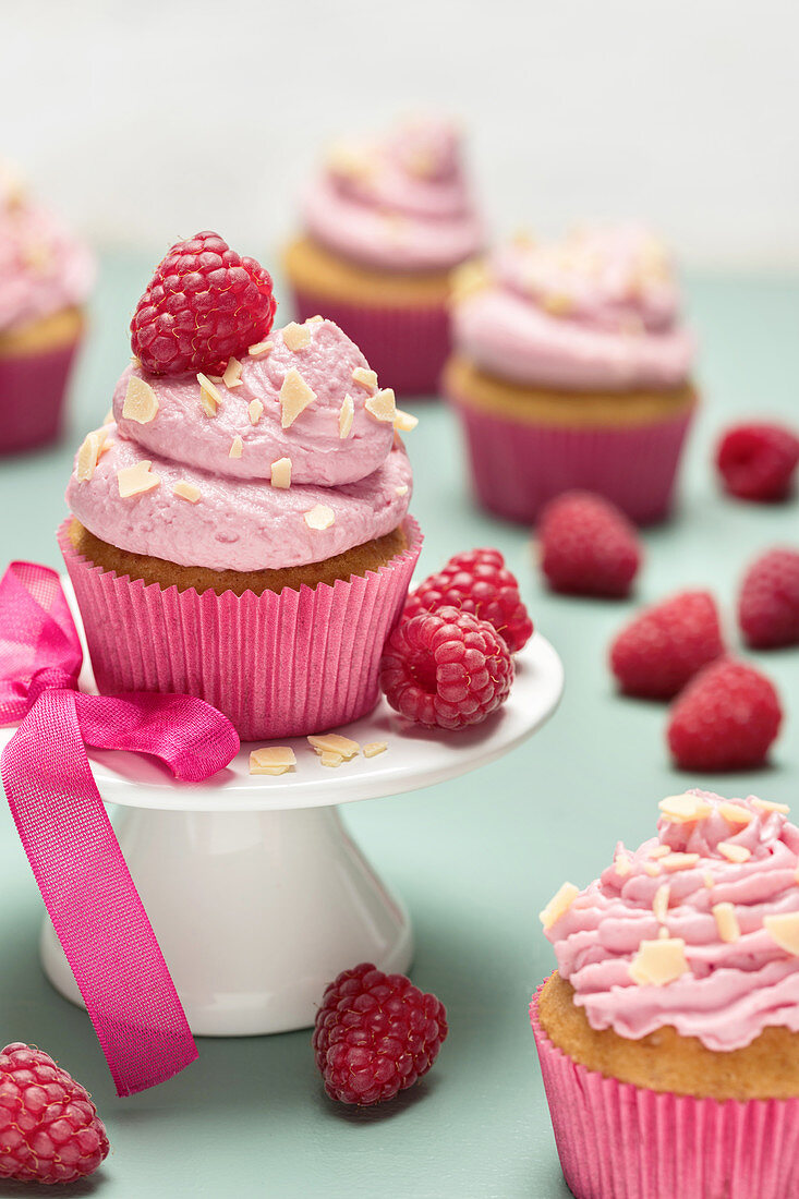 Cupcakes with raspberry frosting and white chocolate