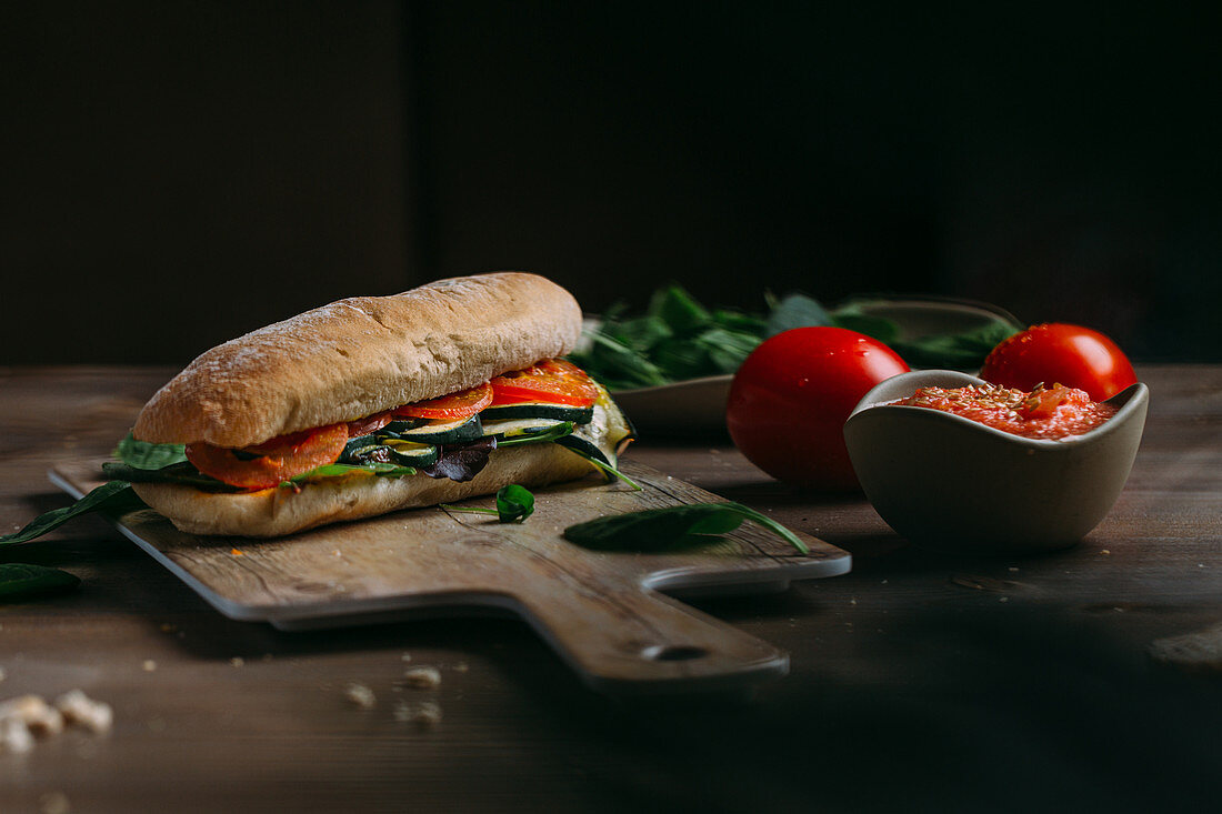 Sandwich with zucchini and tomatoes