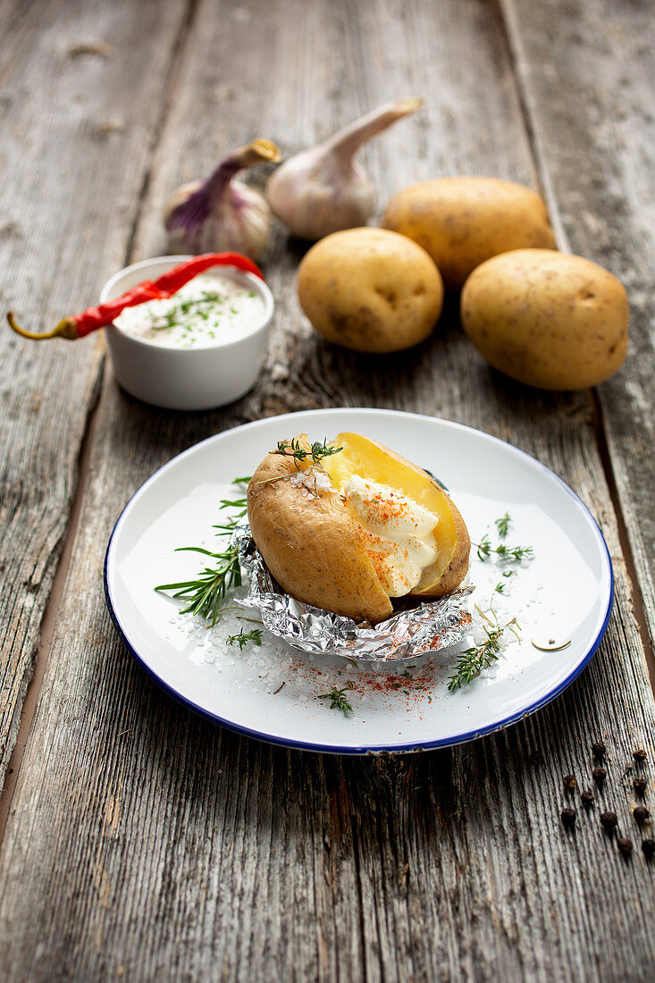 Jacket potato with yoghurt-herb dip