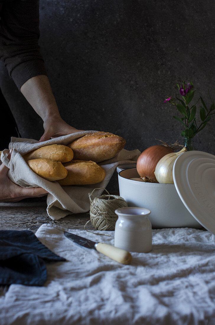 Brot und Zwiebeln auf Vintage-Tisch