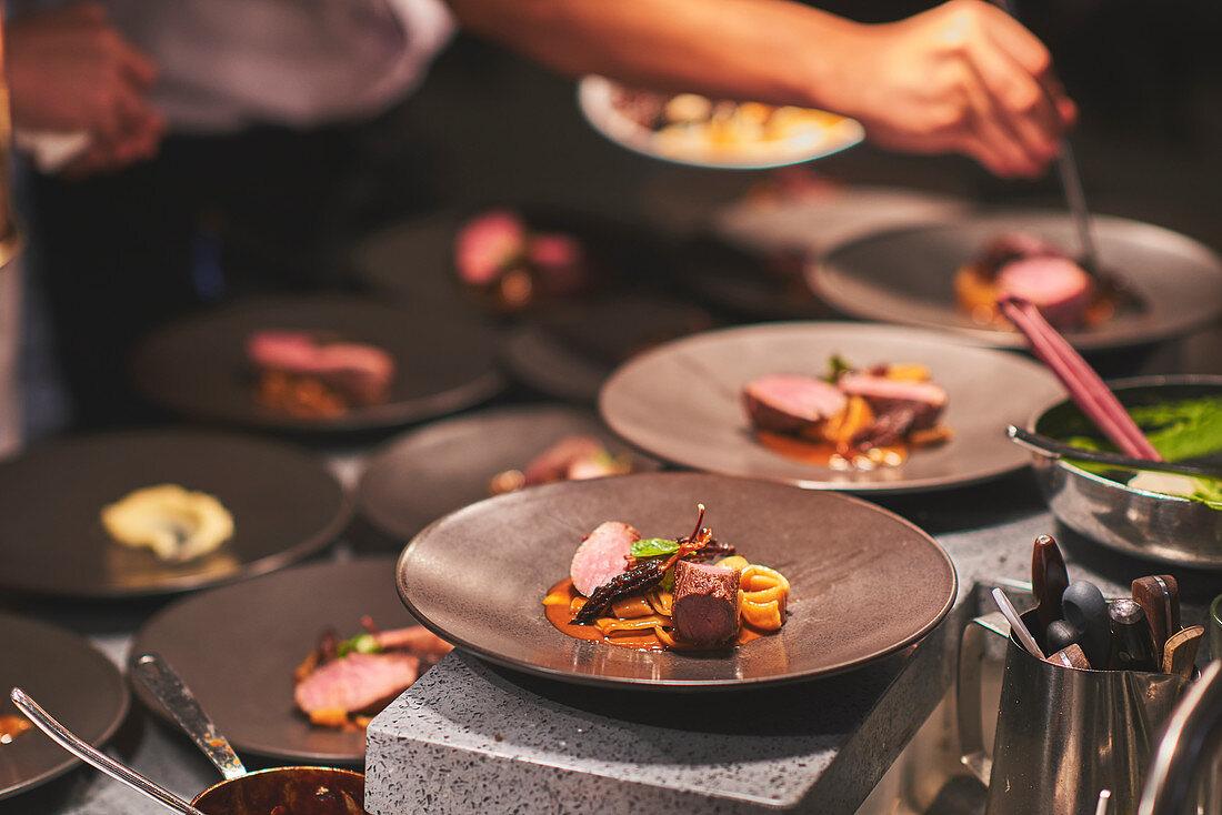 Köche bereiten Gerichte zu in französischem Restaurant
