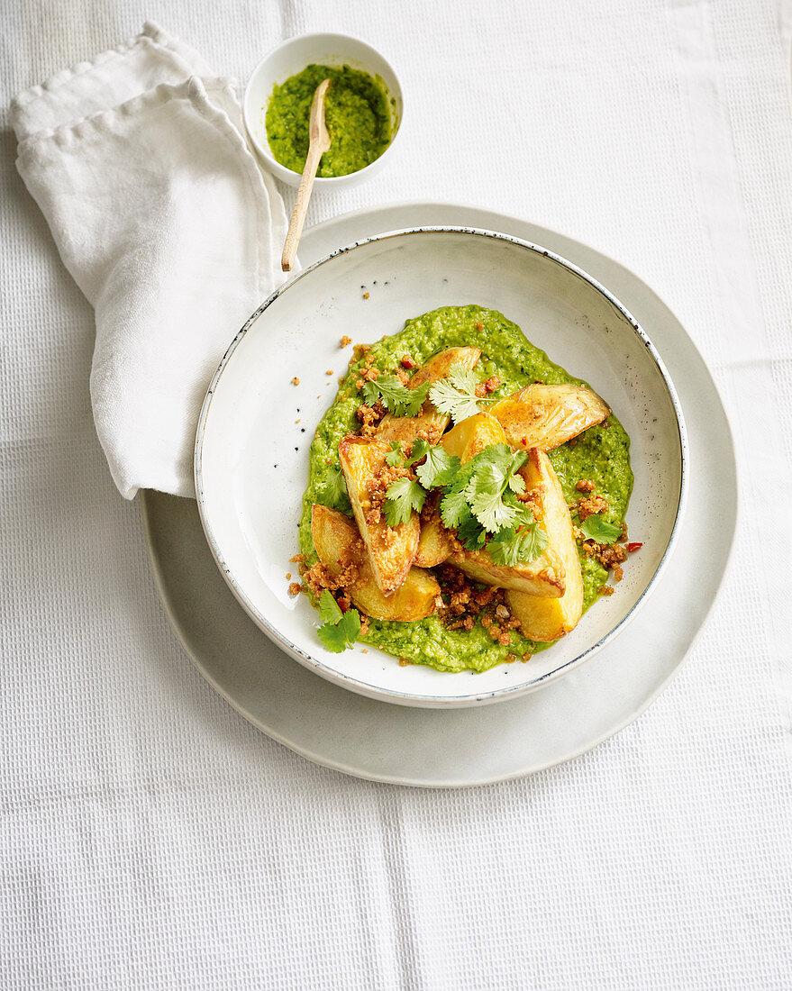 Vegane Ofenkartoffeln mit Farofa und Erbsen-Kräuter-Pesto
