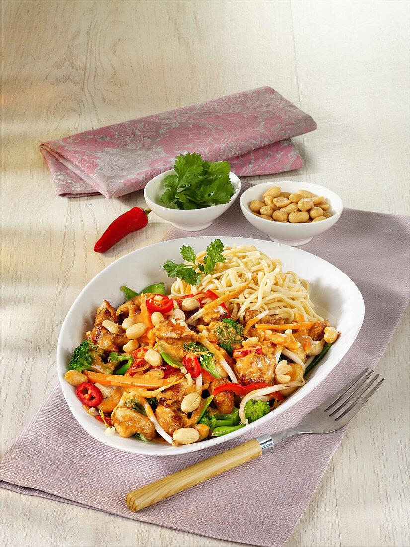 Wok-Thai-Curry mit Hähnchen und Erdnüssen