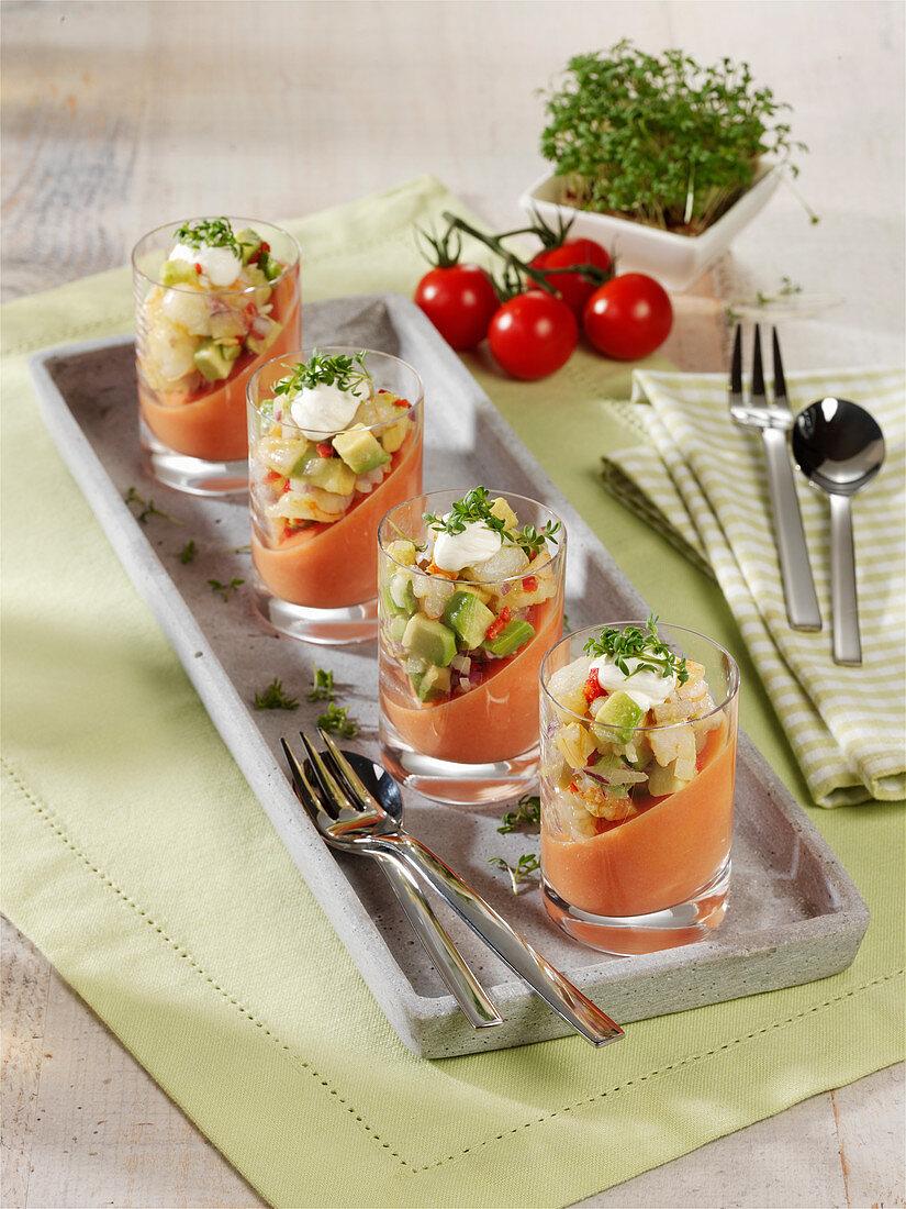 Schräges Tomatengelee mit marinierten Garnelen und Avocado