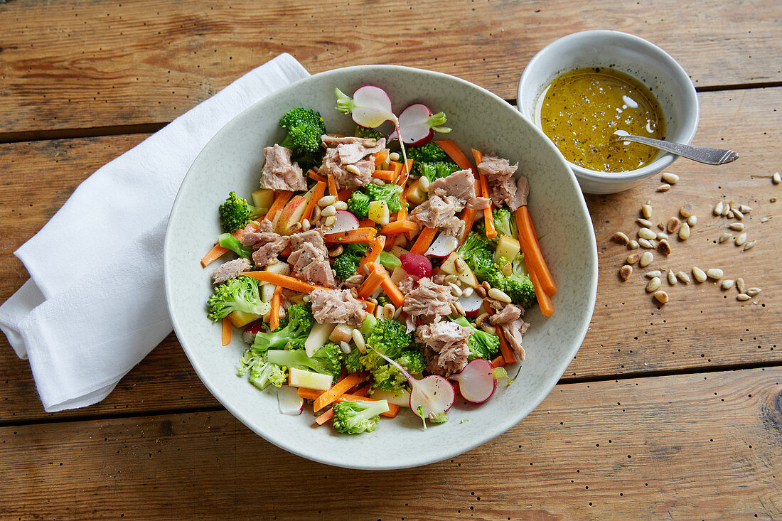 Tuna salad with broccoli, radishes and carrots