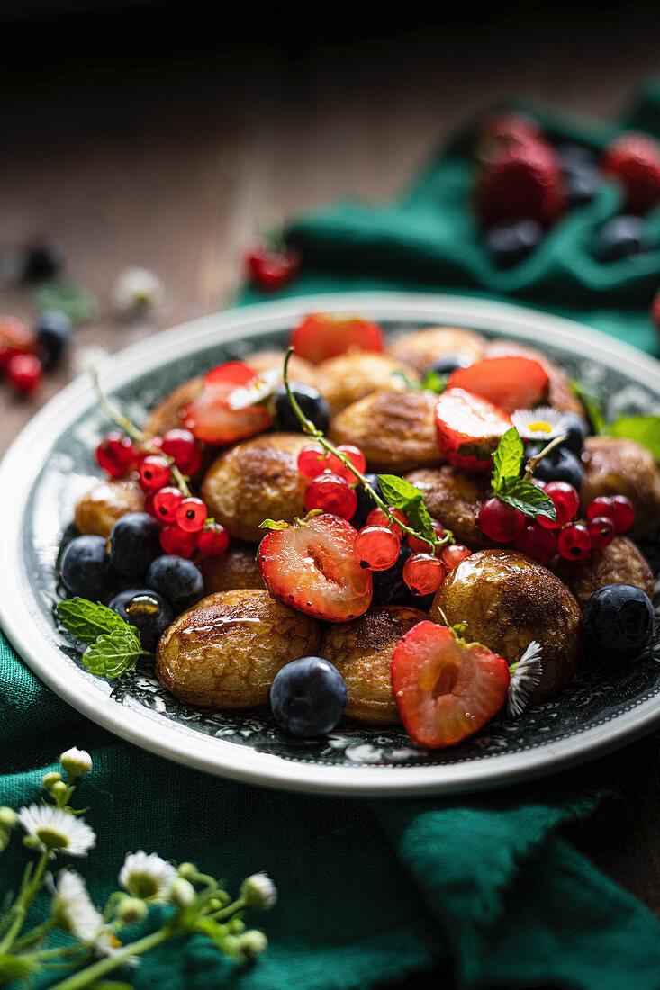 Mini pancakes with fruits