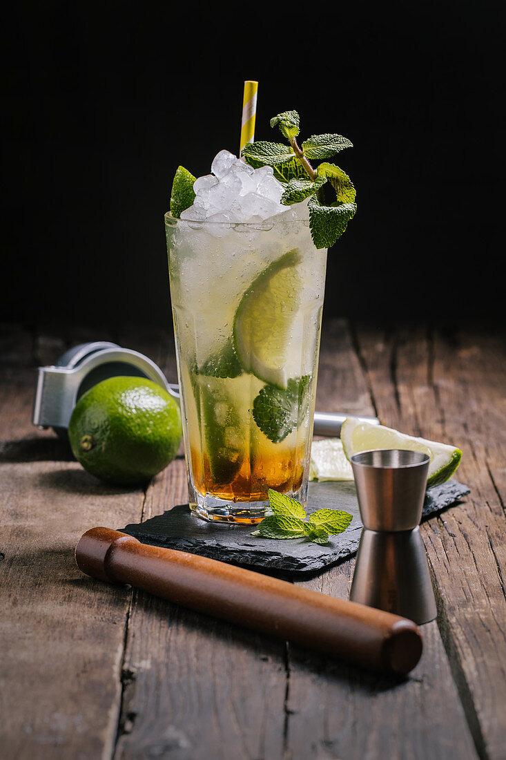 Mojito-Cocktail mit Eis und Minzblättern
