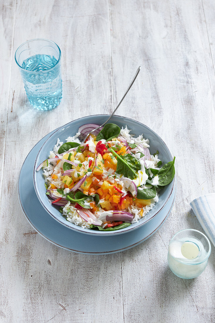 Exotischer Reissalat mit Gemüse und Ananas auf Teller