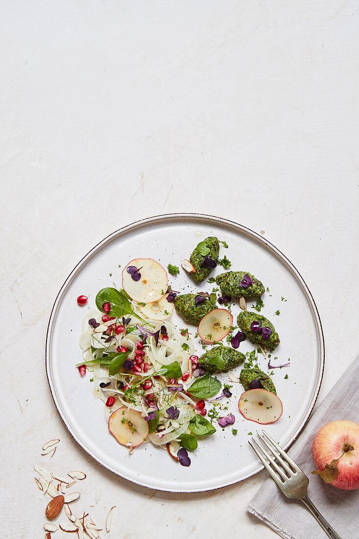Mandel-Petersilien-Nocken mit Apfel-Fenchel-Salat