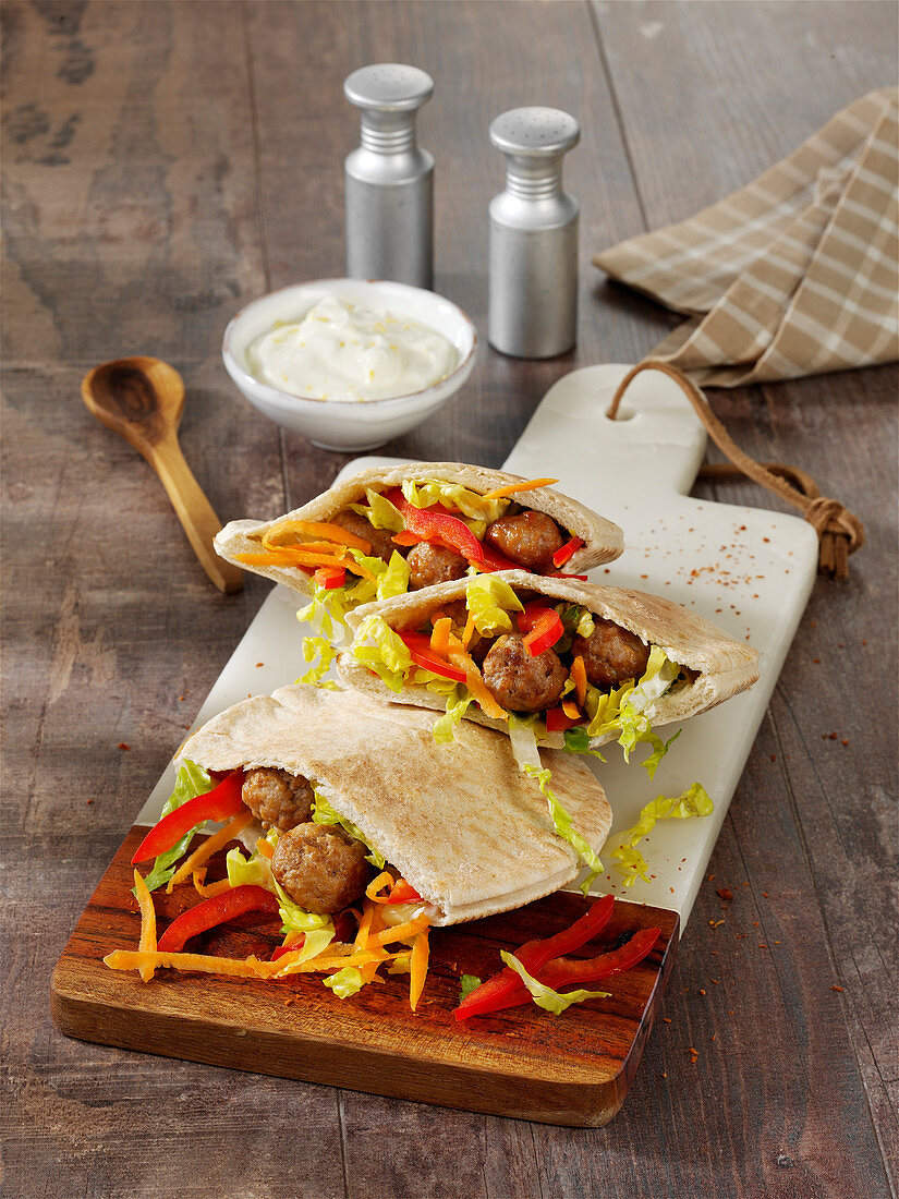 Pita bread with meatballs and vegetables