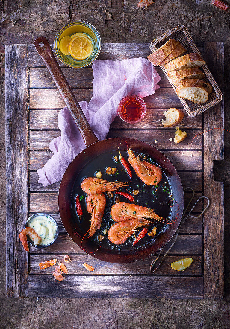 Fried prawns with chilli peppers, white bread and a dip