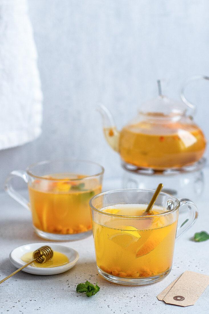 Sanddorn-Tee in Glastassen