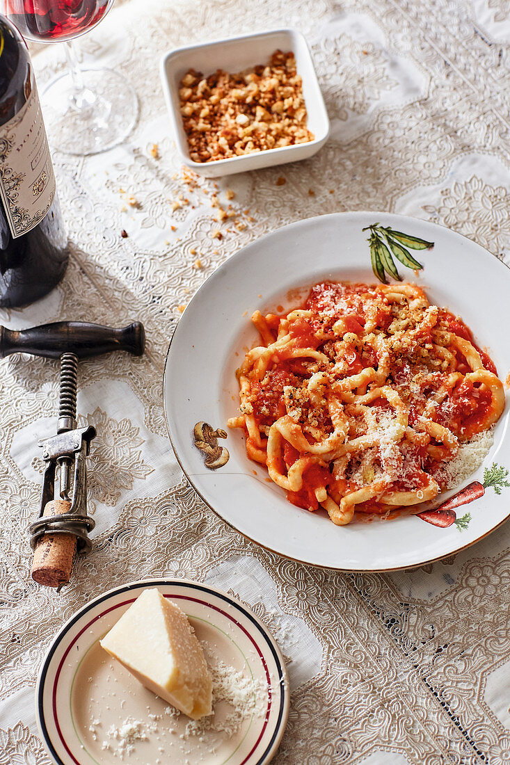 Pici all aglione - Pici with tomato sauce and ciabatta crumbs