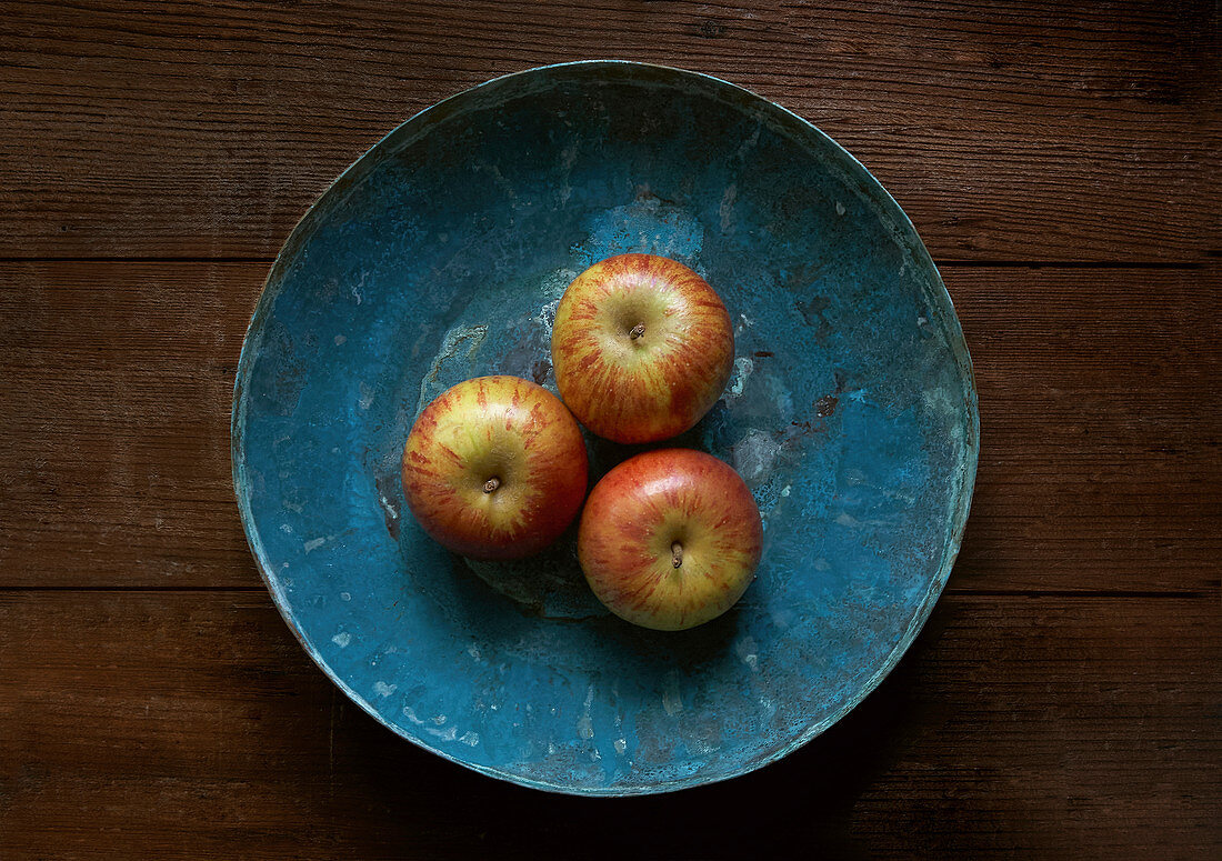 Apples in a blue copper bowl