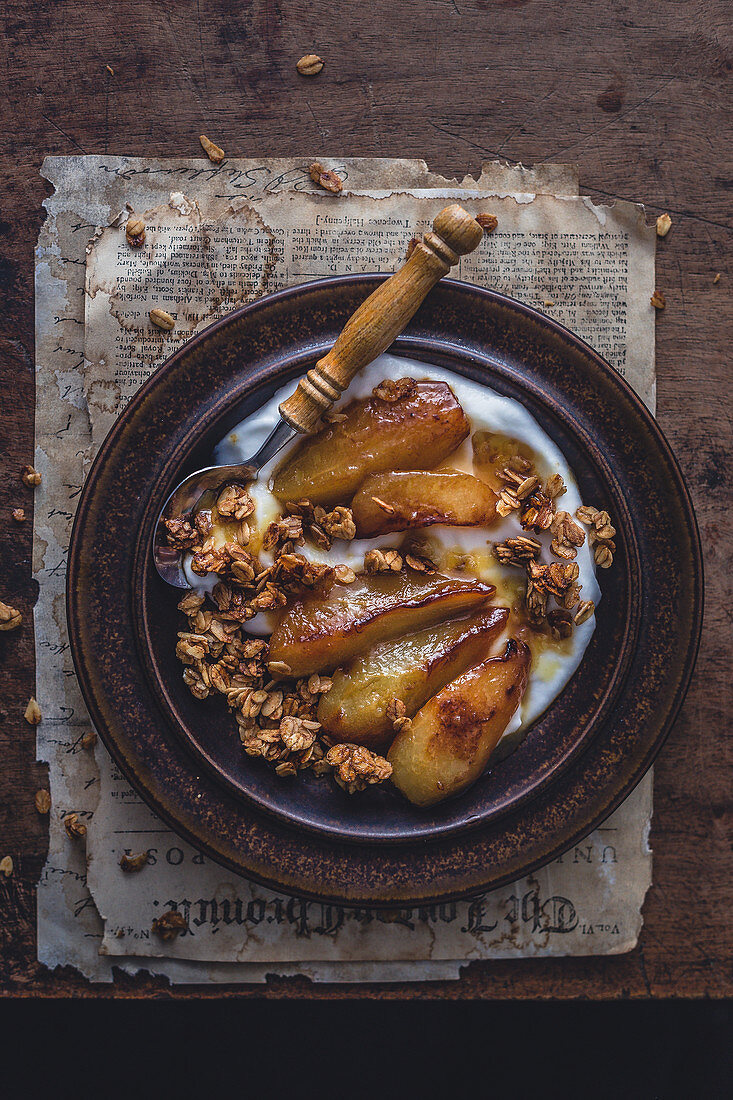Caramelized pears, granola and yoghurt