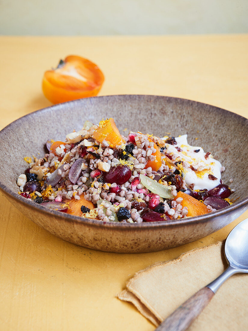 Buckwheat muesli with persimmon and grapes