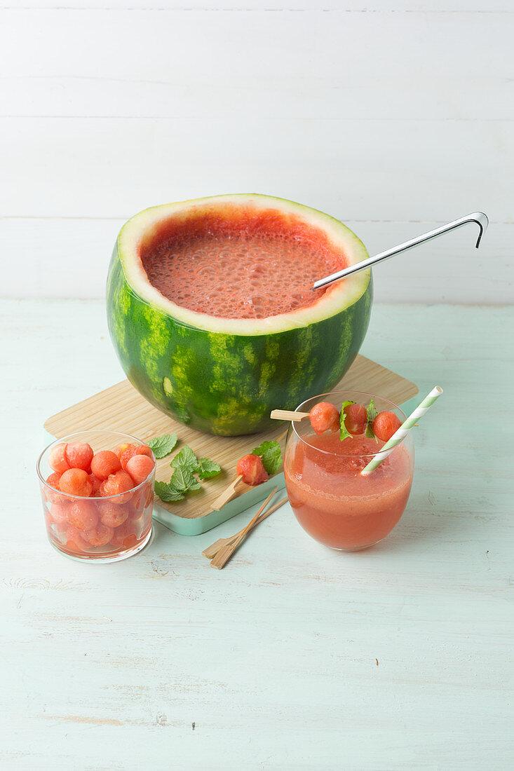 Wassermelonen-Bowle mit Wodka, Wein und Sekt