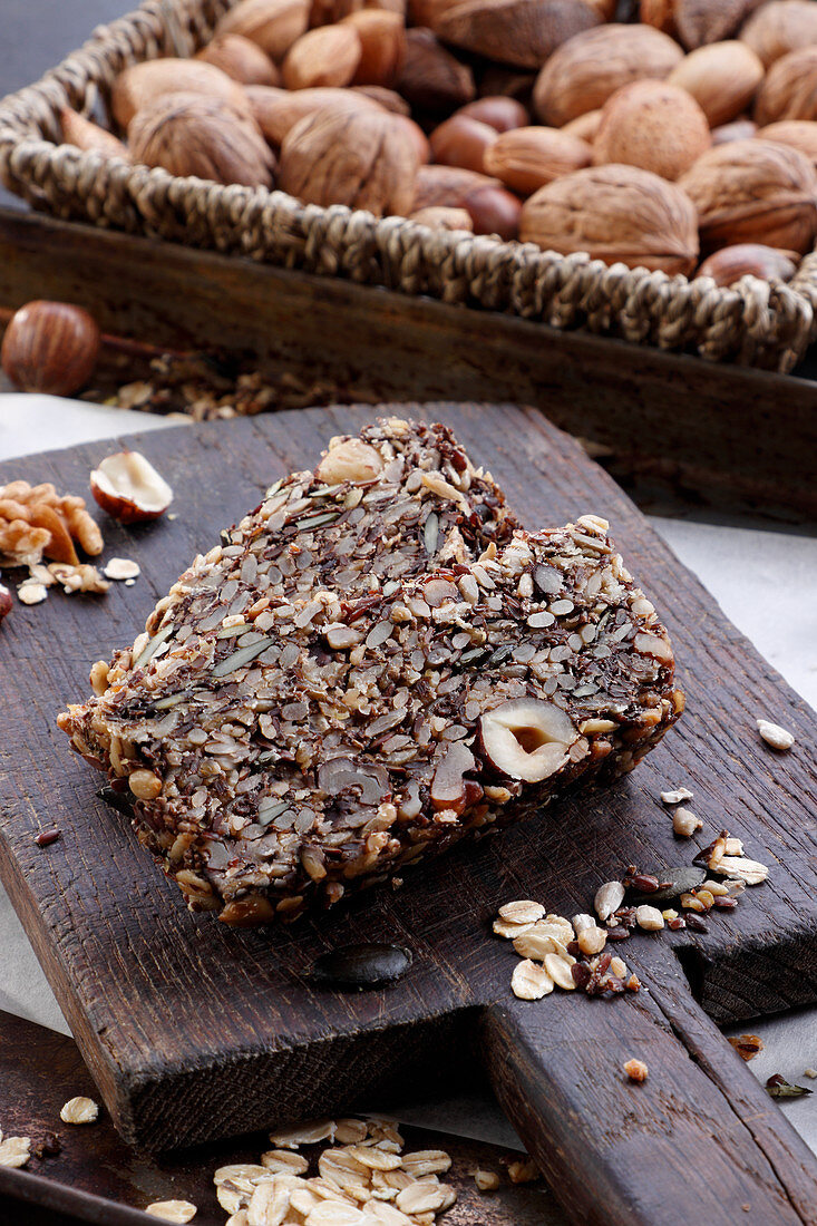 Grain and nut bread (without flour)