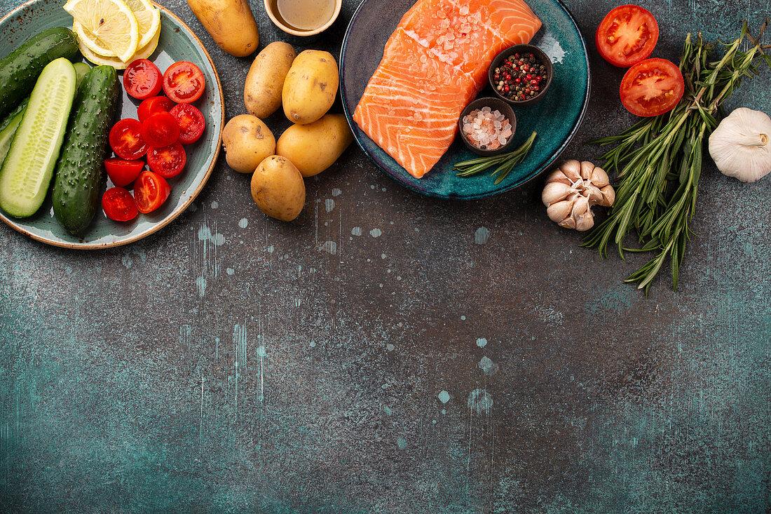 Rohes Lachsfilet, Gemüse, Gewürze und Kräuter