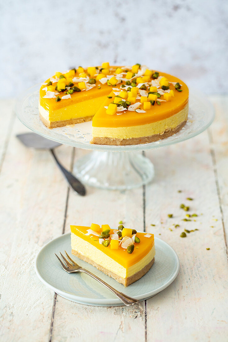 No-bake cake with mango and coconut