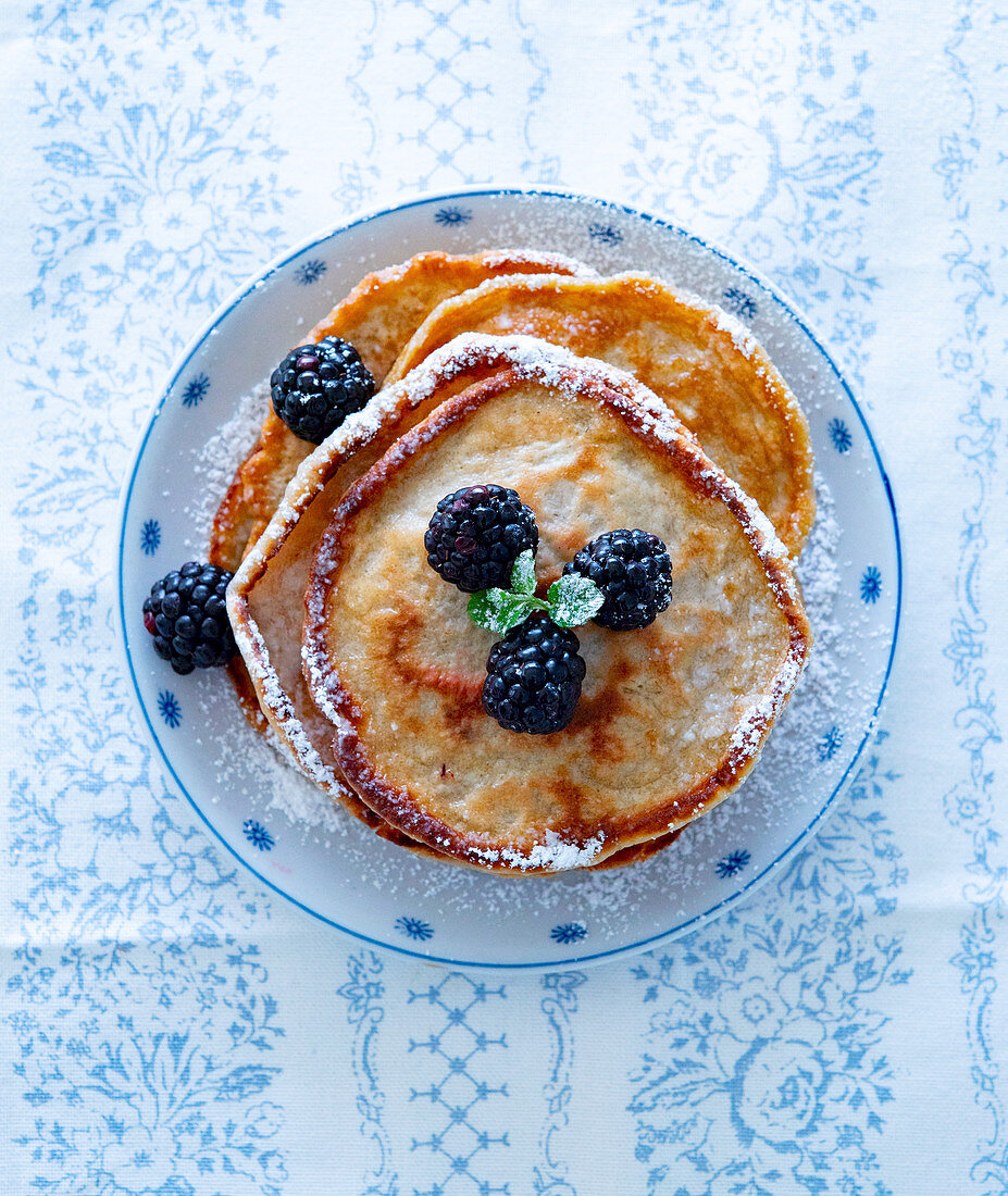 Pancakes with blackberries and icing sugar