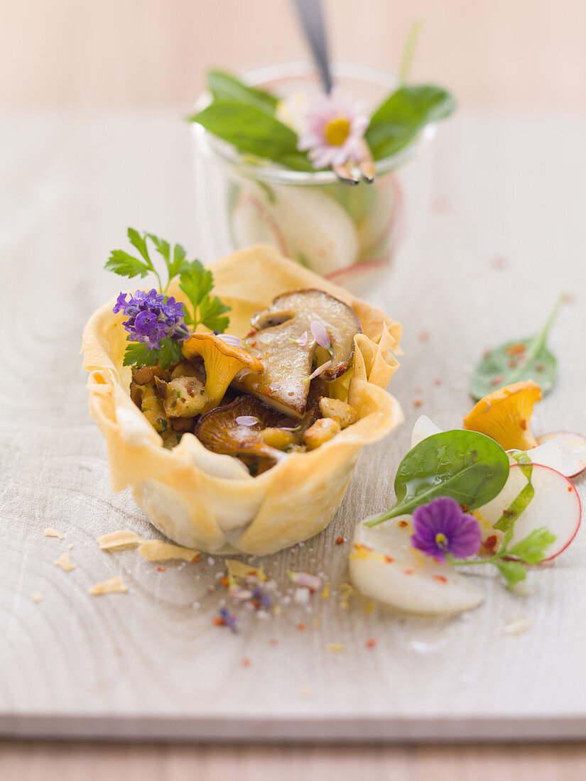 Open mushroom strudel with kohlrabi and spinach salad