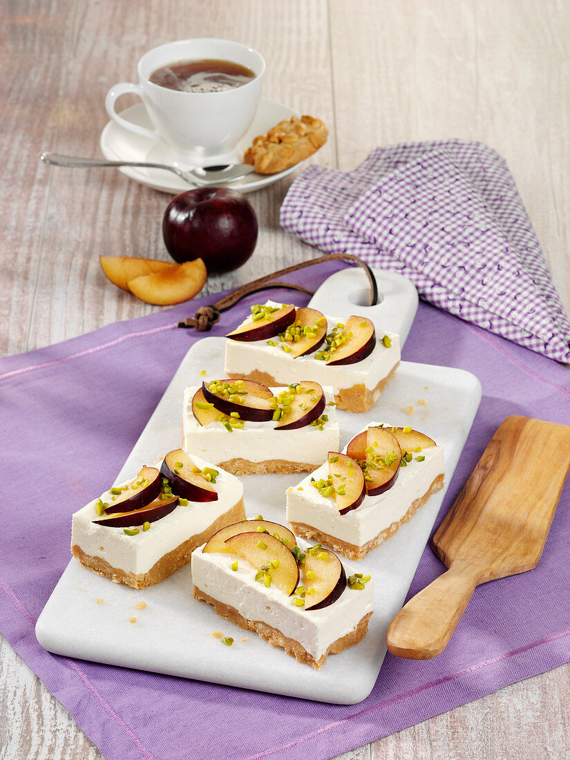 Peanut mascarpone slices with plums (raw baking)