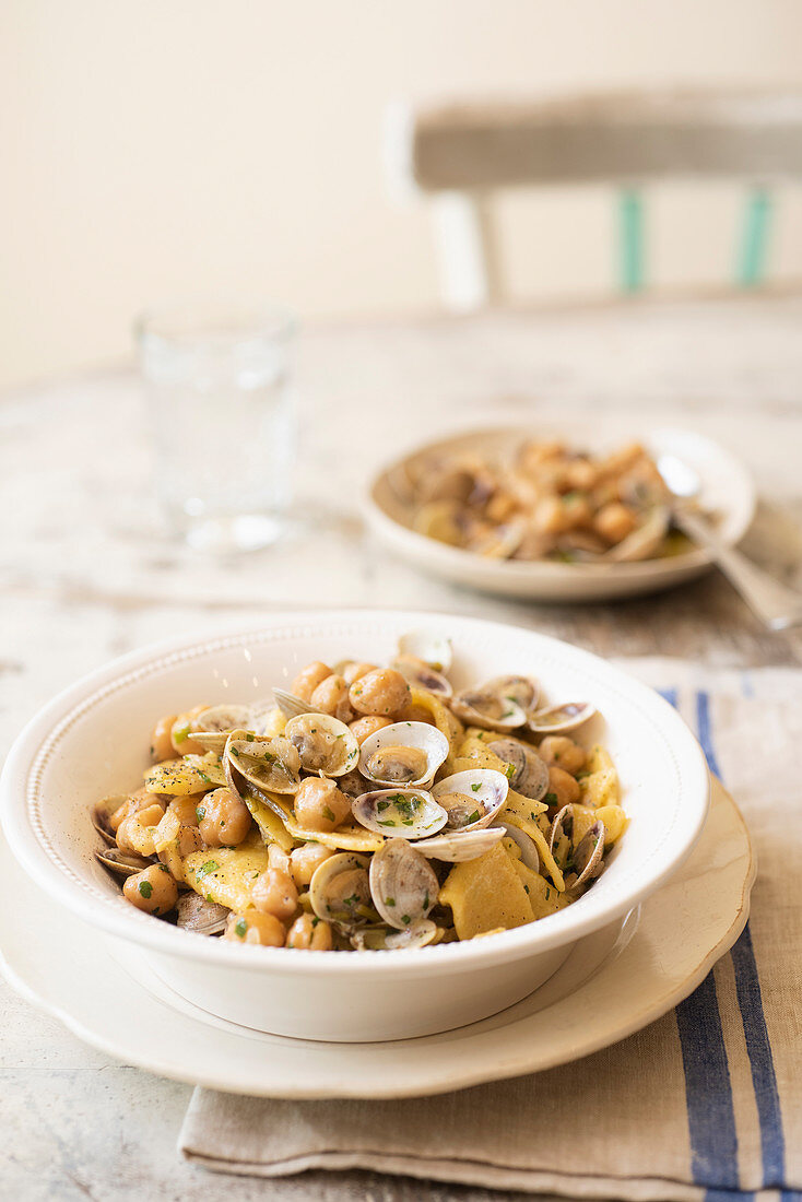 Pasta with chickpeas and mussels (Italy)